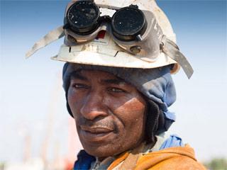 Portrait d'un soudeur sur le chantier du pont Bacalan Bastide en 2011