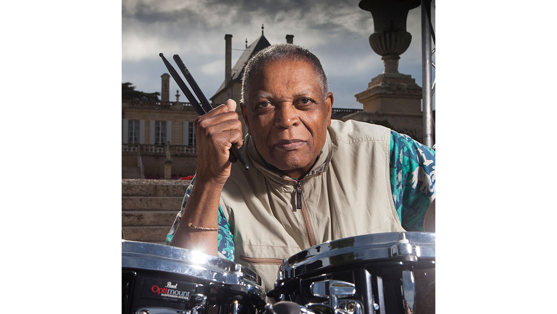 Portrait de Billy Hart, baguettes à la main devant sa batterie avant son concert à Jazz and Wine ; © Richard Nourry