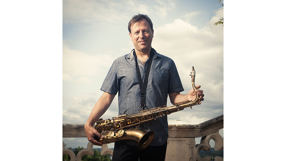 Portrait de Chris Potter avec son saxophone à Jazz and Wine ; © Richard Nourry