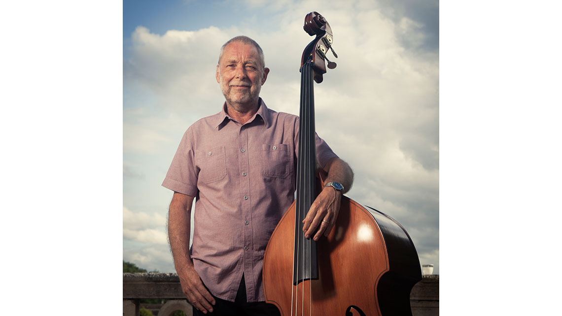 Portrait de Dave Holland avec sa contrebasse à Jazz and Wine ; © Richard Nourry